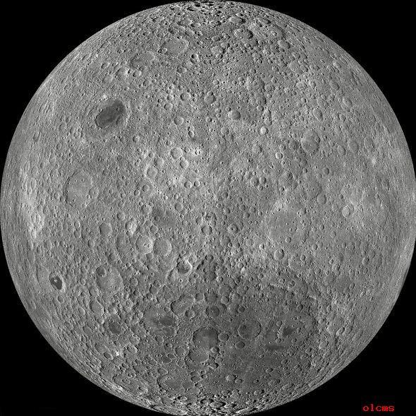 此雕刻张图片是使用美国宇航局的月球勘验轨道飞行器(LRO)在2009年11月到2011年2月间拍摄的1.5万多张广角相机(WAC)相片分松的。